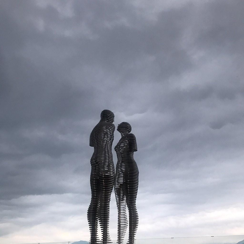 مجسمه یادبود علی و نینو