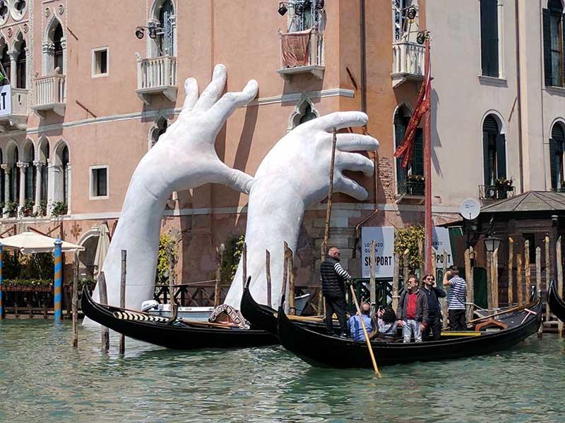دست های غول پیکر، نمادهایی تاثیرگذار در سراسر دنیا