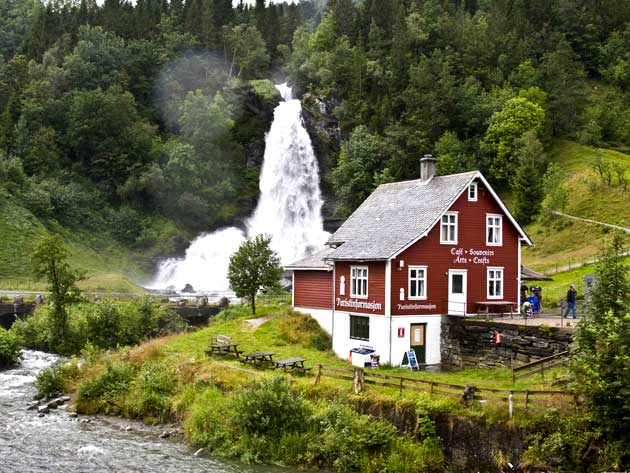 آبشار خوش منظره و خروشان در نروژ + تصاویر