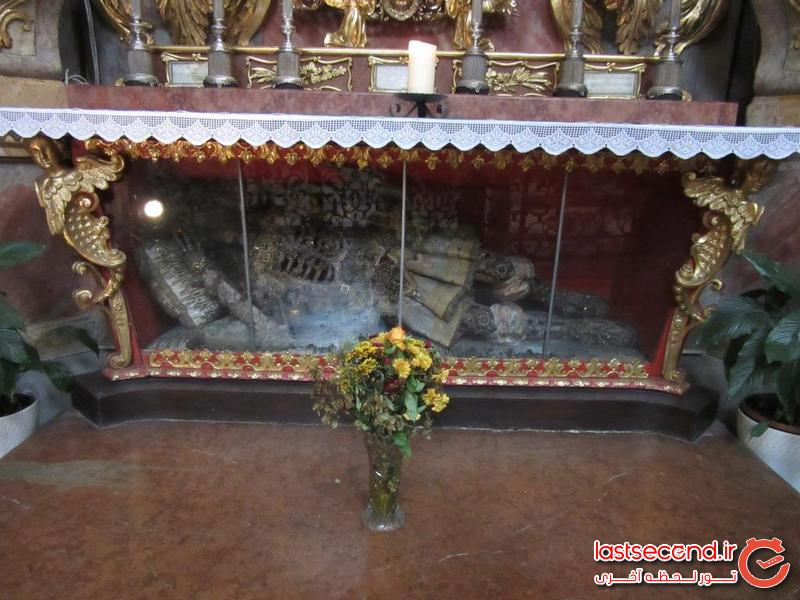 اسکلت قدیس در تابوت شیشه ای