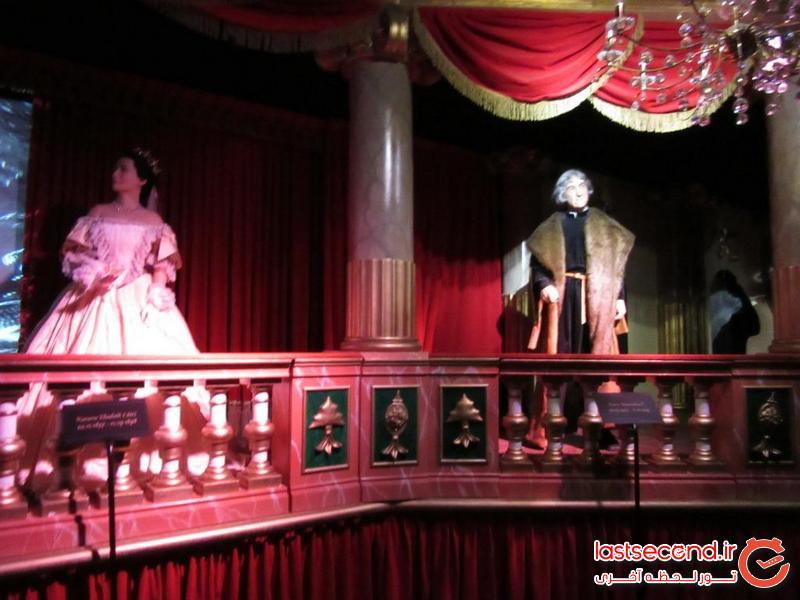دو مجسمه متحرک از مشاهیر اتریش در حال ایراد توضیحات به ما