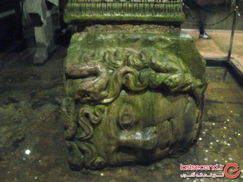 .این مجسمه در آب انبار باسیلکا می باشد و به نام مدوسا است. در اساطیر یونان دختری زیبا به معنای فرمانرواست که توسط الهه آب مجازات شده است