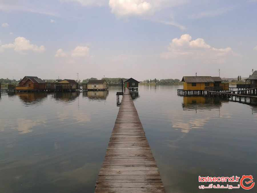 خانه های روی آب دریاچه بوکودی  
