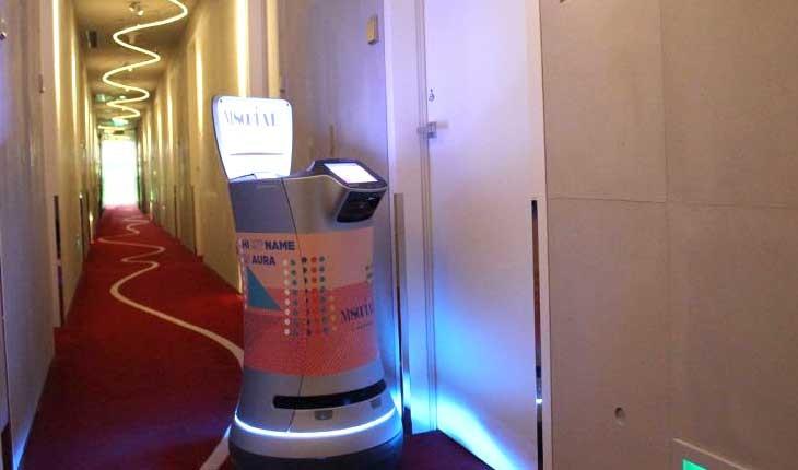 ربات خدمتکار در هتل ام سوشال سنگاپور 