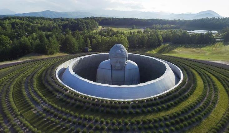 بودا در میان زمین و آسمان