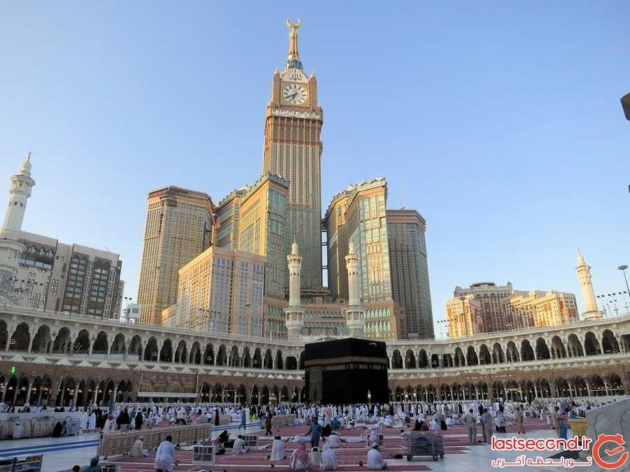 برج های هتل برج سلطنتی مکه بدان شکل که از مسجد قابل رویت هستند.