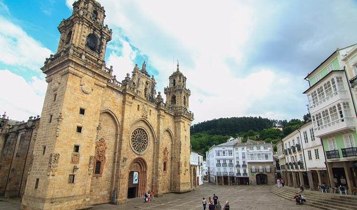 لوگو ؛ شهری احاطه شده در میان دیوارها در اسپانیا 