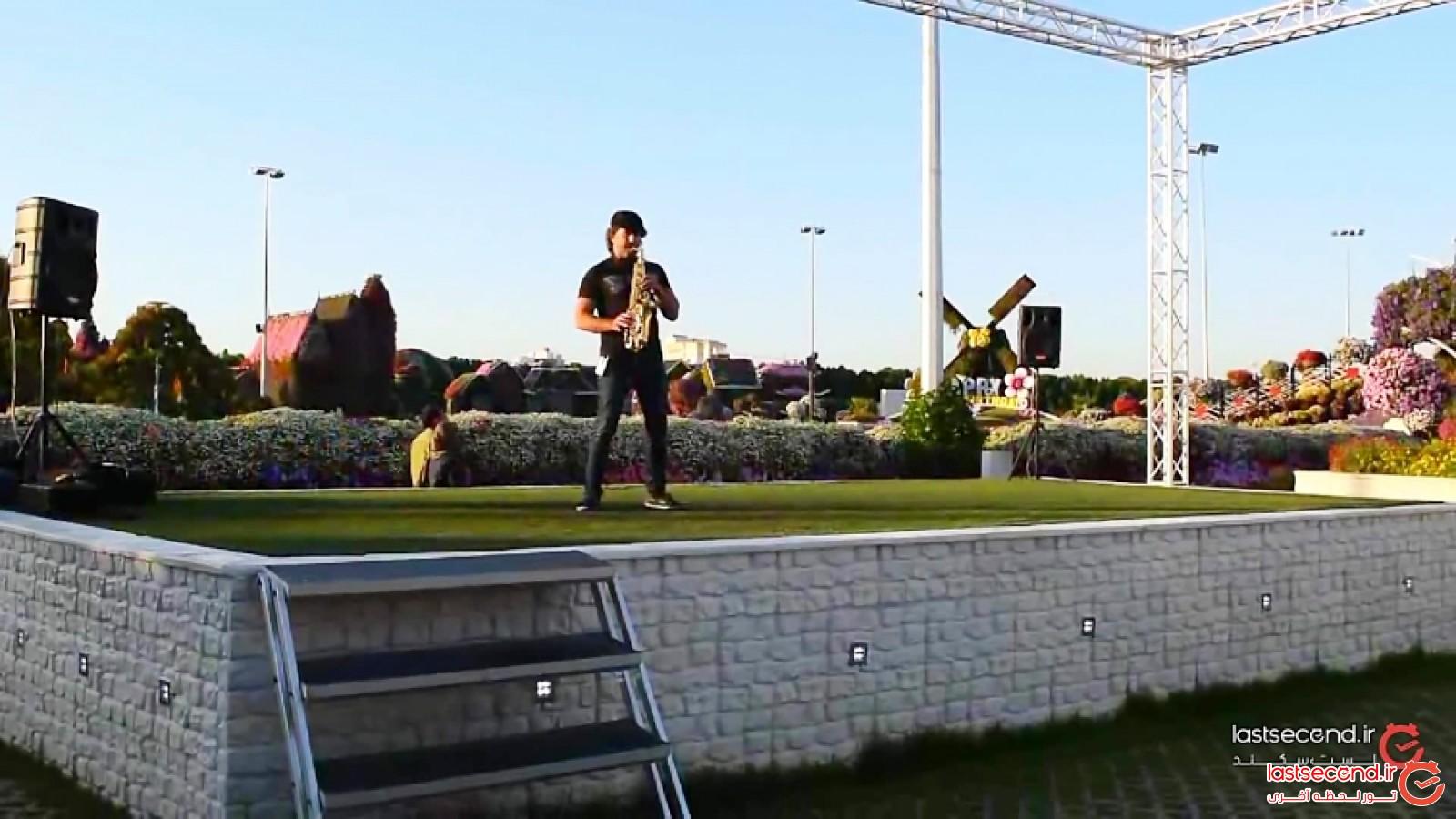 نوازندگی ساکسیفون در باغ معجزه دبی