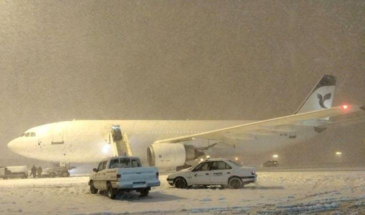 بارش برف فرودگاههای مهرآباد و امام خمینی را تعطیل کرد