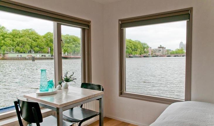 اقامتگاههای قایقی در کنار کانال های آمستردام