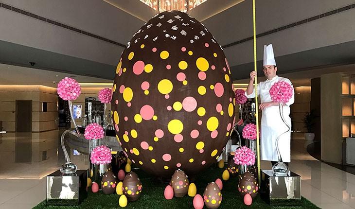 بزرگ ترین تخم مرغ شکلاتی در هتل مجلل فِیرموت دبی 