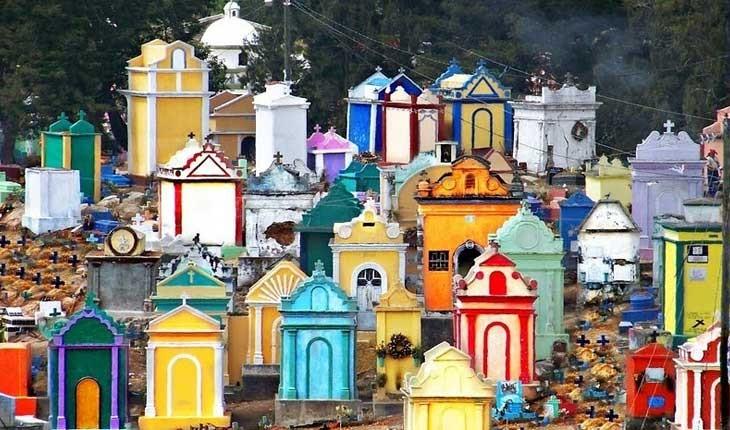 قبرستانی رنگارنگ در گواتمالا