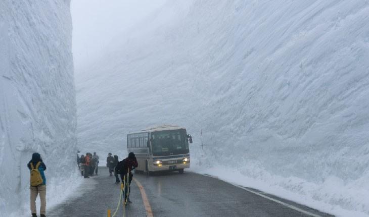 """""""بام ژاپن"""" ، جاده ای با دیوارهای برفی"""
