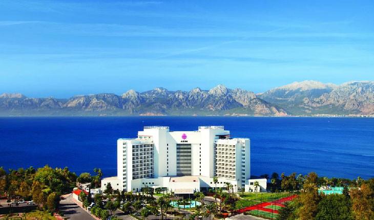 هتل آکرا، لذت آفتاب گرفتن در ساحل شنی