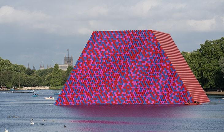 7 هزار بشکه رنگارنگ شناور در دریاچه لندن 