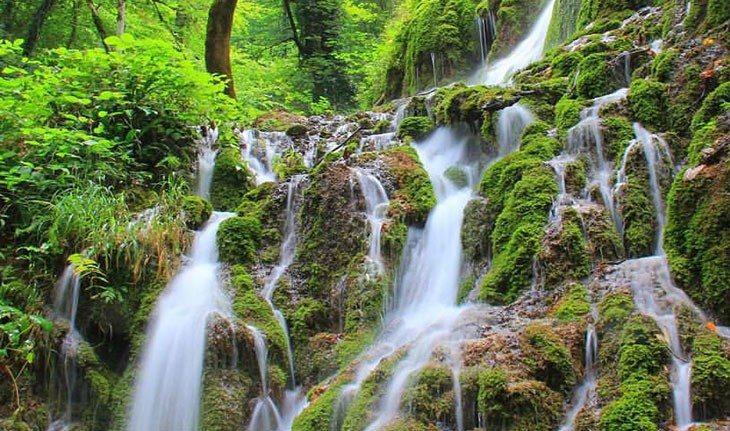 آبشار اوبن، آبشاری در میان درختان سبز ساری