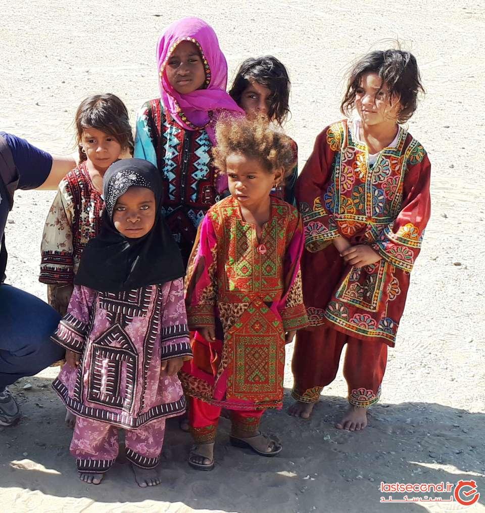 دختران روستای درک با لباس های زیبای بلوچی