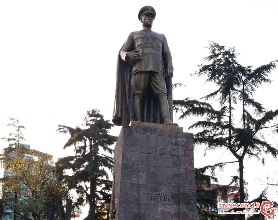 مجسمه آتاتورک داخل پارک میدان