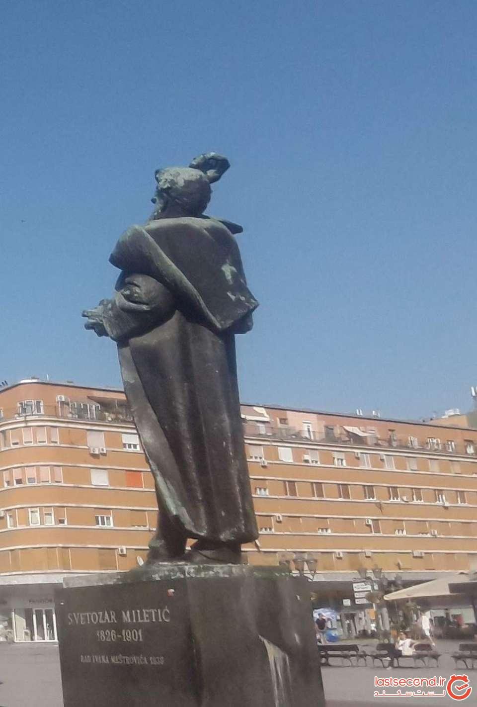 مجسمه آقای شهردار در میدان آزادی نووی ساد
