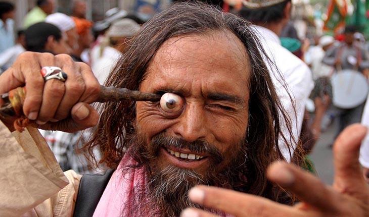 مراسم درآوردن چشم در هند
