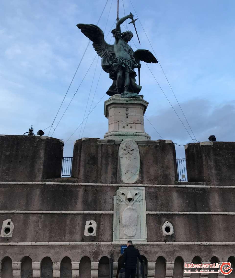تندیس فرشته میکائیل بر فراز قلعه سنت آنجلو