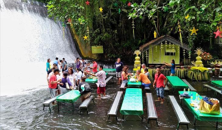 رستورانی در فیلیپین که زیر آبشار بنا شده