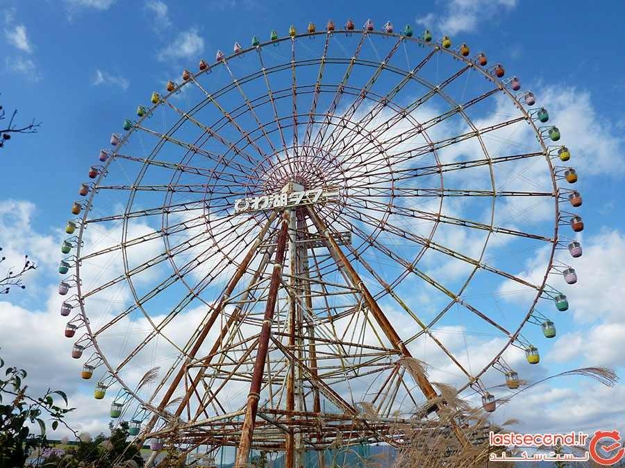 چرخ و فلک متروکه در تم پارک ژاپن