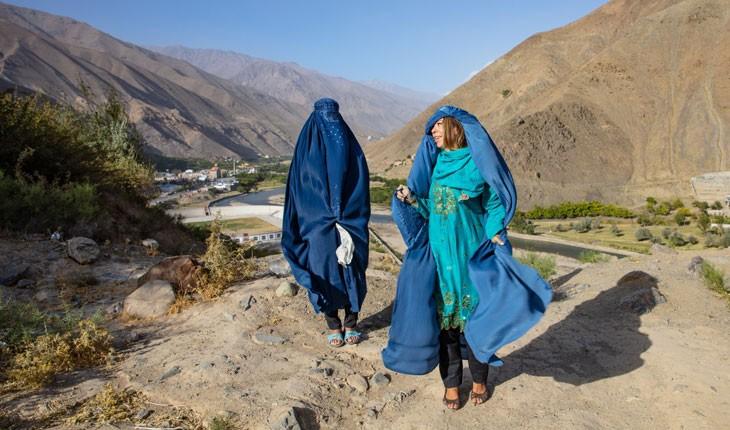 توریست زن خارجی به افغانستان سفر می کند