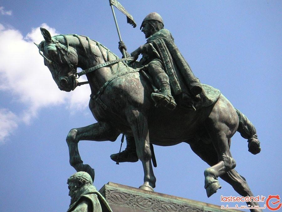 دوک سوار شده بر اسب مردهی برعکس