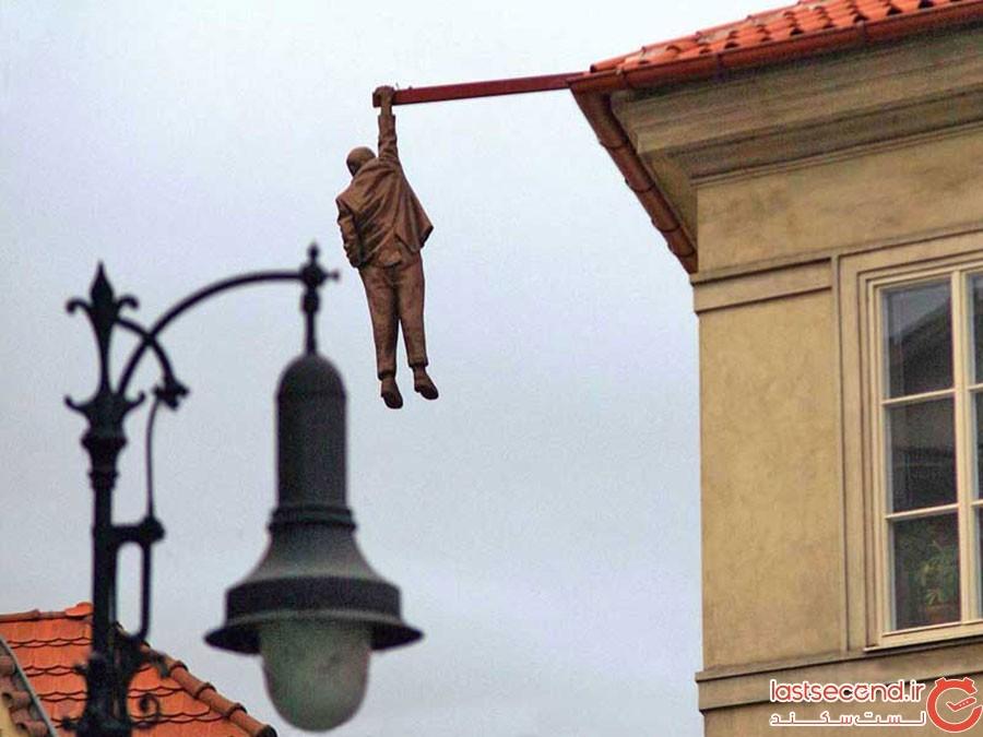 مجسمه مرد آویزان