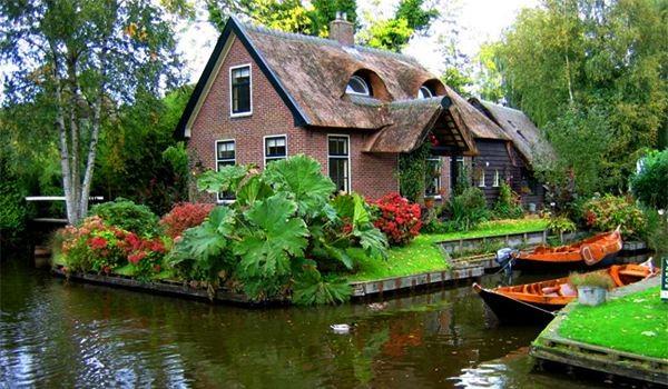 the village of giethoorn holland