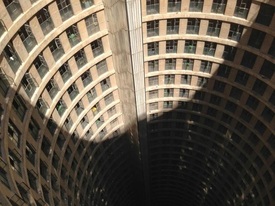 برج پونت سیتی ژوهانسبورگ، ساختمانی حفرهای و عجیب