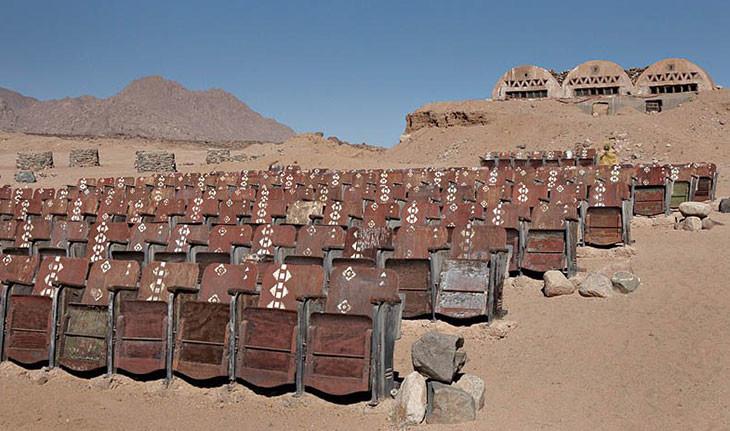 مخوف ترین سینمای متروکه در میان صحرای مصر