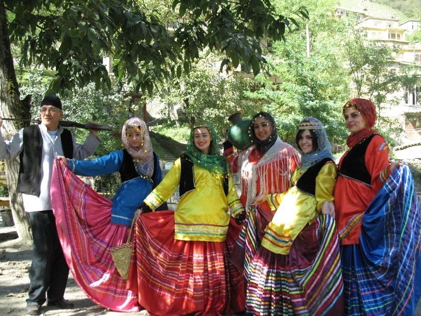 عکس با لباس محلی در ماسوله