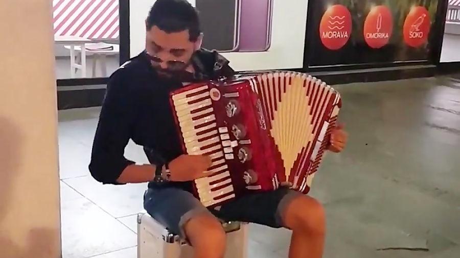 هنرنمایی یک نوازنده خیابانی اهل بلگراد