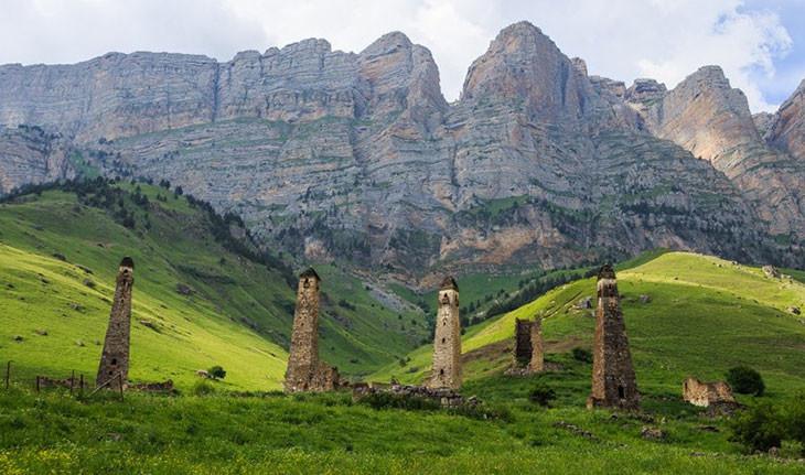 درههایی که از برجهای متروکه در ایگوشتیا (روسیه) پوشیده شده اند