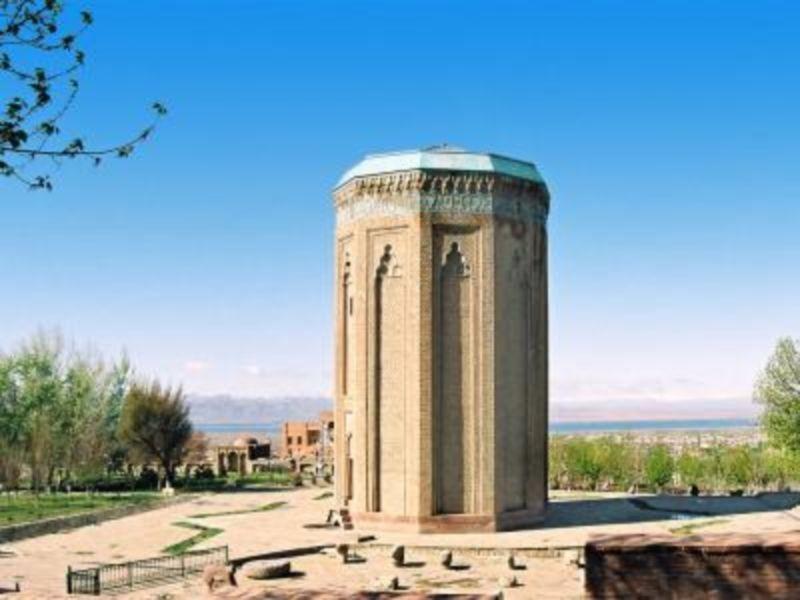Momine Khatun Mausoleum (1).jpg