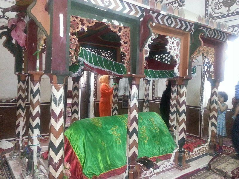 Seyyed_Gholam_Rasool_Mausoleum,_Chabahar_(بقعه_سید_غلامرسول،_چابهار)_-_panoramio_(1).jpg