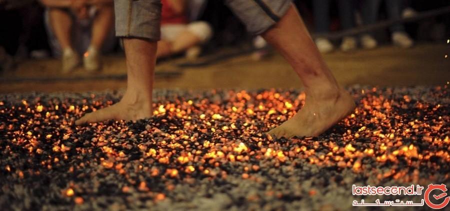 کول کردن زنان بروی زغالهای گداخته