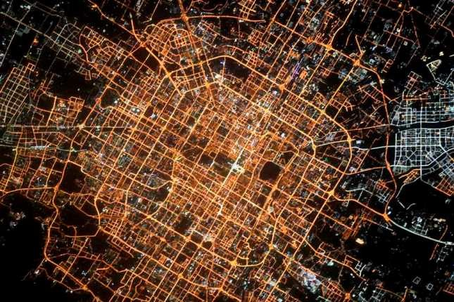شهرهای بزرگ در شب از زاویه دوربین یک فضانورد روس