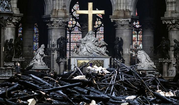 پس از آتش: عکسهایی از داخل کلیسای جامع نتردام