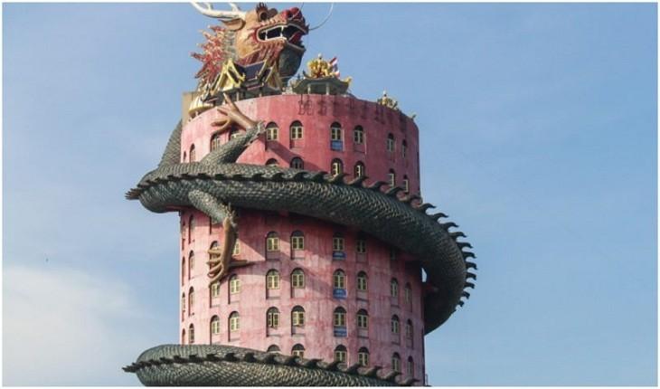 معبد صورتی بودائی تایلند و اژدهای عجیبی که به دور آن پیچیده شده است