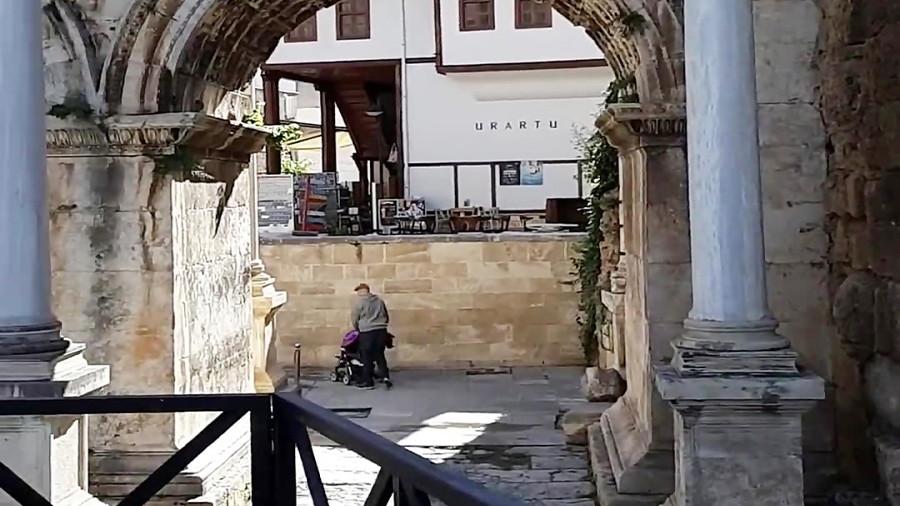 هادریان، دروازه ورود به آنتالیا