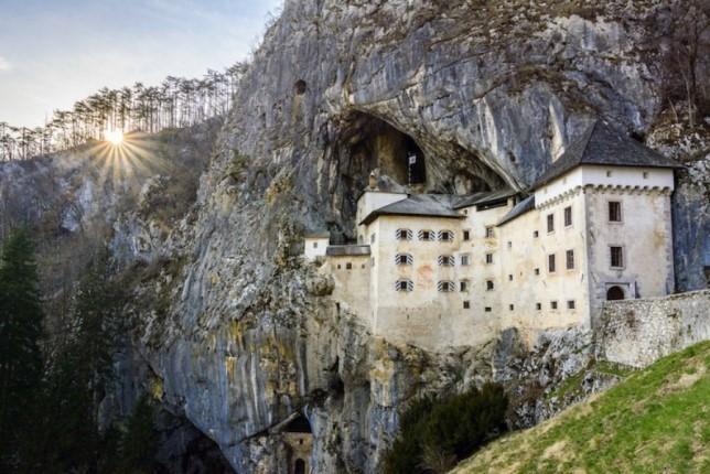 پیشینه عجیب قلعه ای که در دیواره یک غار ساخته شده است