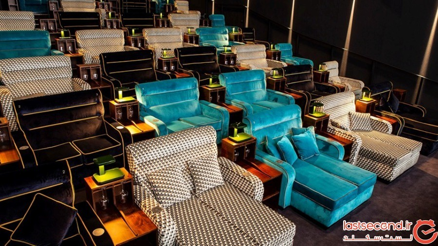 این سالن تماشای فیلم، تختخوابهای دونفره و راحت را جایگزین صندلیهای معمولی کرده است