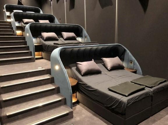 سالن سینمایی که تخت خواب های دونفره را جایگزین صندلی کرده است