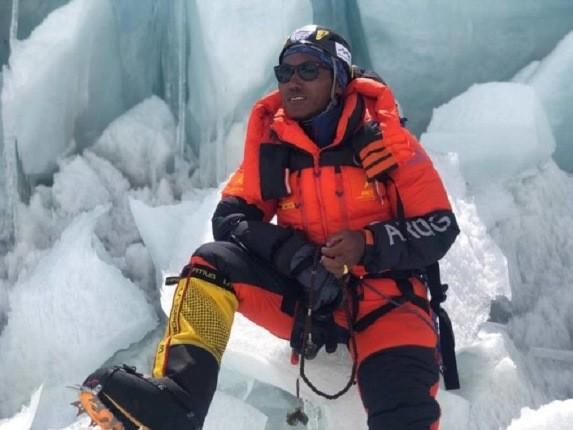 کوهنورد قدرتمندی که طی یک هفته، دو بار به اورست صعود کرد