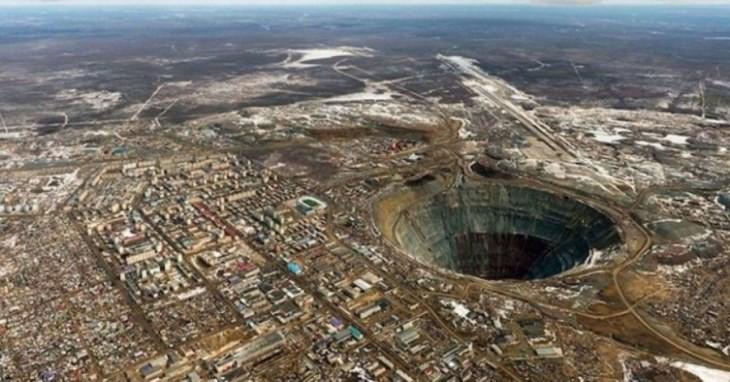 مِرنی؛ معدن الماس غول پیکری که هلیکوپترها را به درون خود میکشد