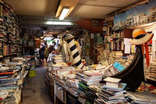 کتابفروشی عجیبی در ونیز که حتی پله هایش از کتاب ساخته شده