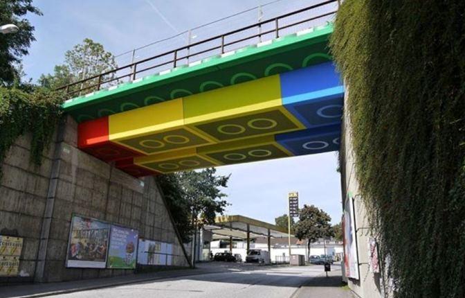 یک هنرمند خیابانی، پلی در آلمان را به قطعات لگو تبدیل کرده